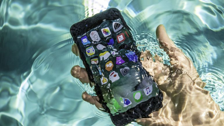 KhamphaNews.com - Cách thức đeo điện thoại xuống dưới nc mà ko cần phải lo lắng điện thoại bị hỏng